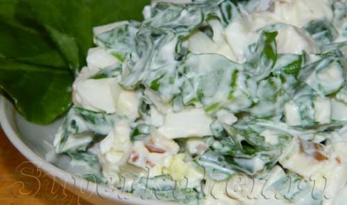 Салат из щавеля с яйцом и копченым сыром