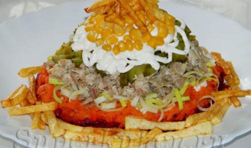 Салат с мясом и картофелем-фри