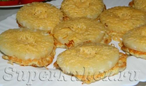 Котлеты из курицы с ананасом и сыром