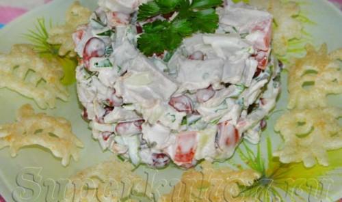 Мясной салат с фасолью, томатами и картошкой-фри