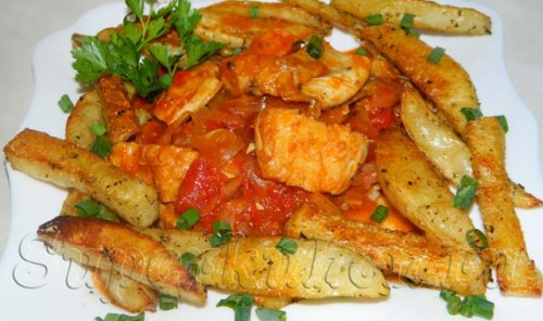 Морская рыба в томатно-луковом соусе