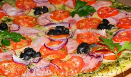 Пицца с соусом песто, ветчиной и маслинами