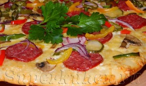 Пицца с белым соусом, салями и шампиньонами
