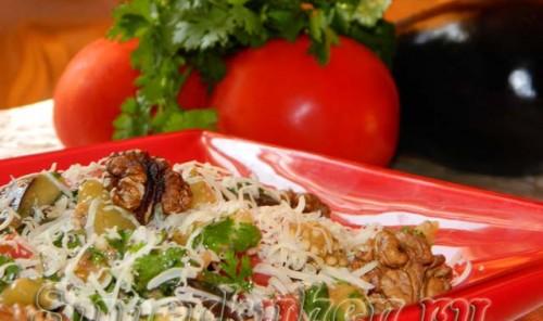 Салат из печеных баклажанов с помидорами, сыром и орехами
