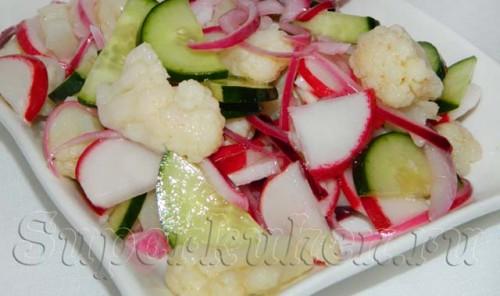 Салат с цветной капустой, огурцом и редисом