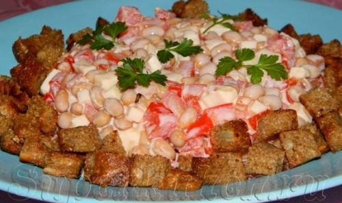 Салат с помидорами, фасолью и сыром