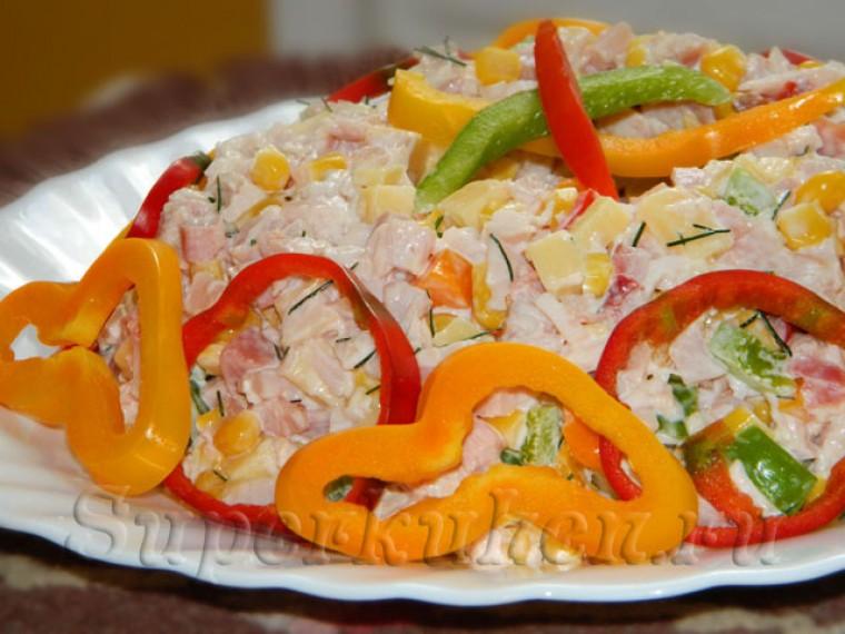 Салат с копченой курицей, перцем и кукурузой