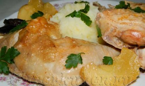 Курица тушеная в сметанно-томатном соусе с яблоками