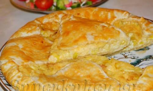 Сырный пирог из слоеного теста с луком