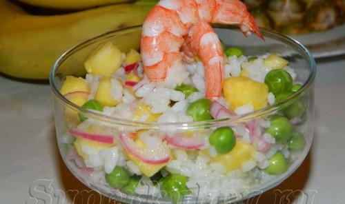 Салат с креветками, ананасом и зеленым горошком
