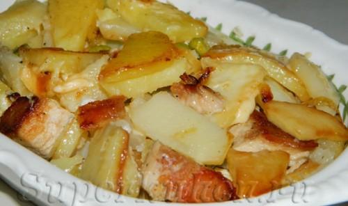 Жаркое из свинины с жареным картофелем в горшочке