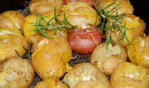 Картофель в мундире, запеченный в духовке с чесноком и розмарином