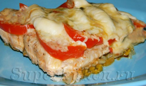 Форель на луковой подушке с помидорами и сыром