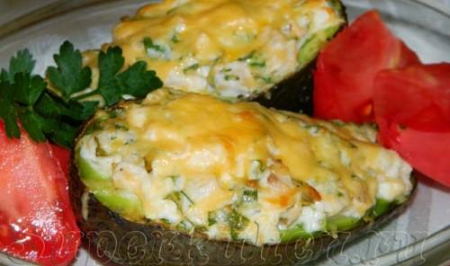Лодочки из авокадо, запеченные с копченой курицей