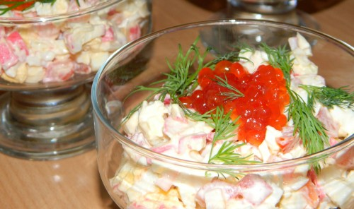 Салат с крабовыми палочками, помидорами и красной икрой