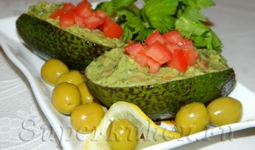 Авокадо, фаршированное соленым лососем и помидорами