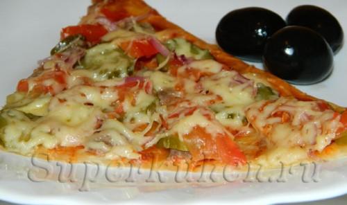 Пицца с фаршем и соленым огурцом