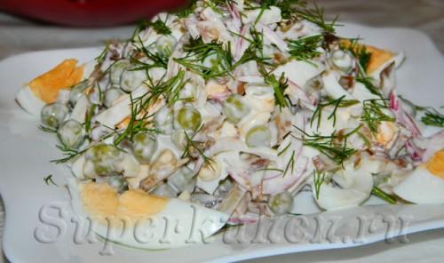 Салат из свиных ушек с зеленым горошком
