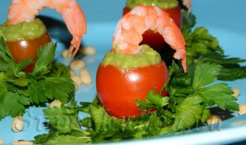 Фаршированные помидоры с креветками и авокадо