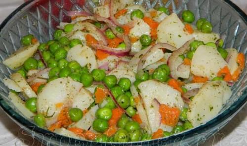 Салат с морковью, картофелем и горошком