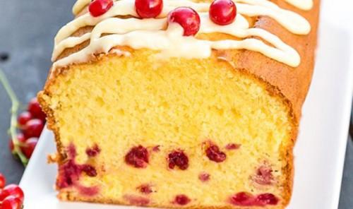 Пирожные с белым шоколадом и ягодами