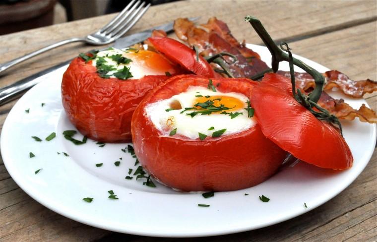Помидоры с ветчиной и яйцами, запеченные в духовке